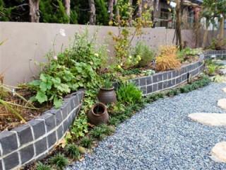 築山のまわりを回遊できる雑木の庭4