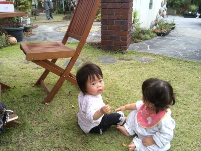 芝生に赤ちゃん
