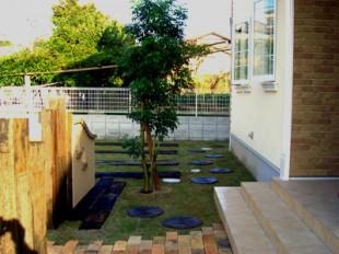 芝生と枕木をふんだんに使った ナチュラルな外構2